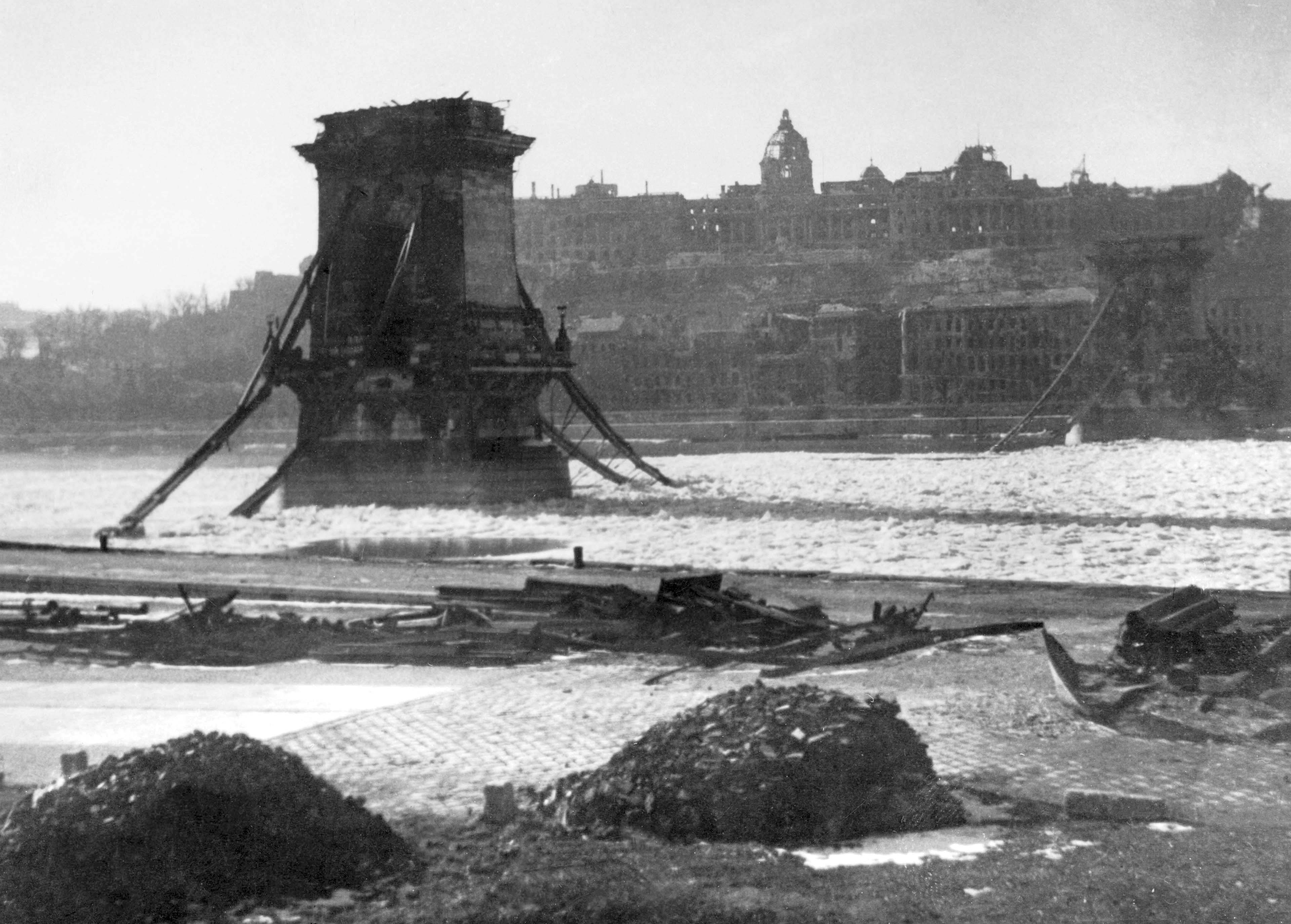 Будапешт, 1945. Разрушенный цепной мост. Источник https://upload.wikimedia.org/