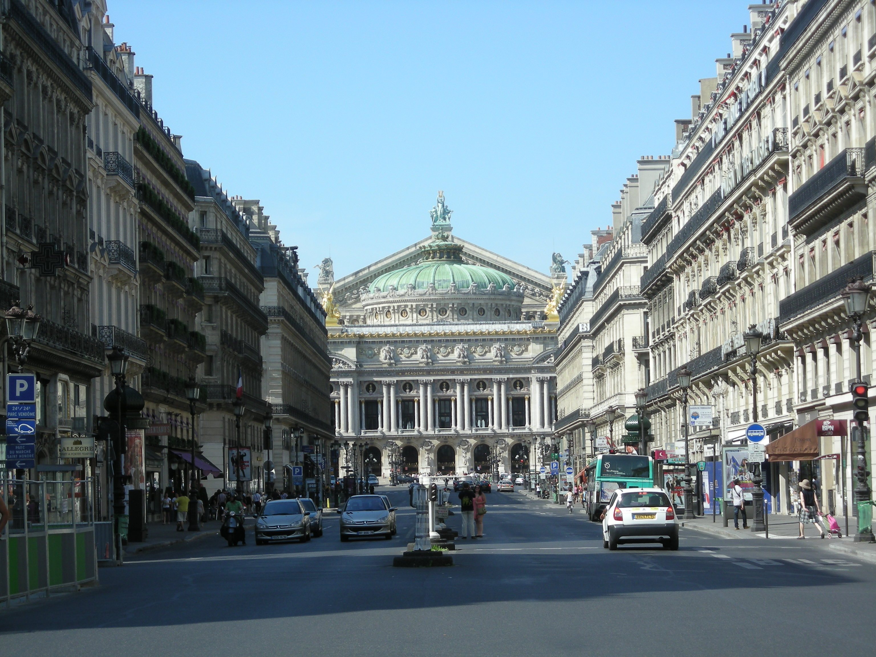 Вид на Гранд Опера с Авеню д'Опера. Источник https://upload.wikimedia.org/