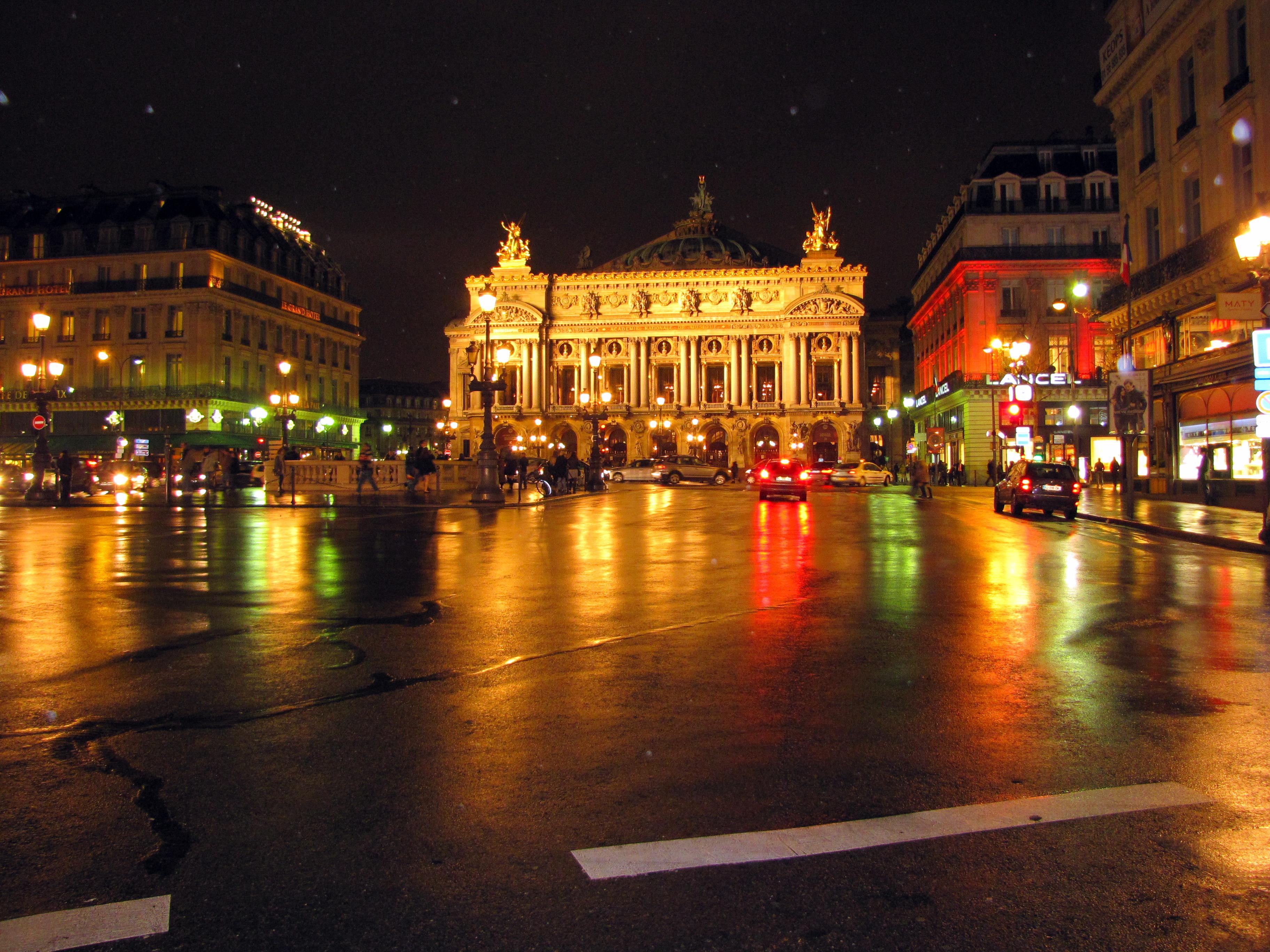 Опера Гарнье ночью. Источник https://upload.wikimedia.org/
