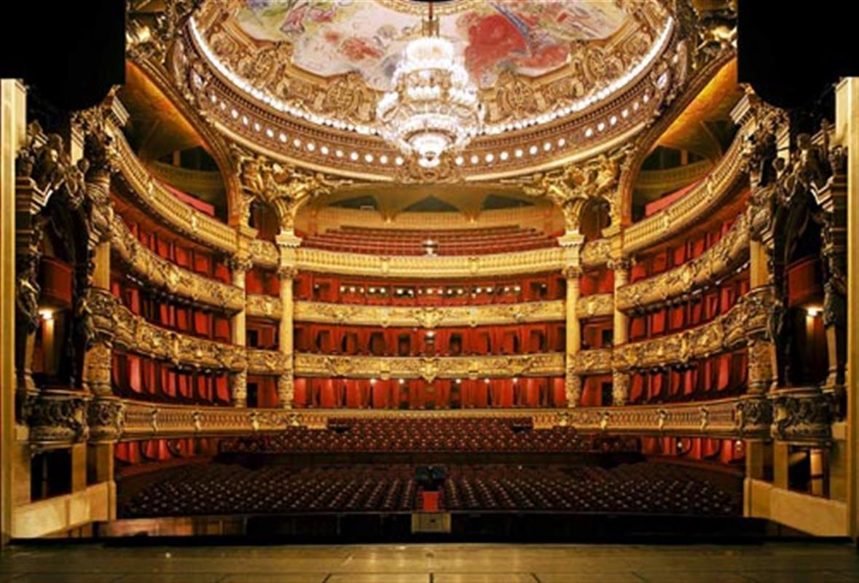 Вид на зал со сцены Оперы Гарнье. Источник http://visitefrance.ru/