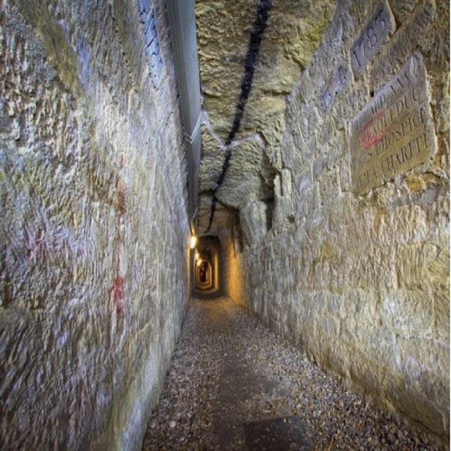 Подземелья Оперы Гарнье и сегодня используются в служебных целях. Правда, теперь сюда проведены электричество и иные коммуникации. Источник http://travelask.ru/