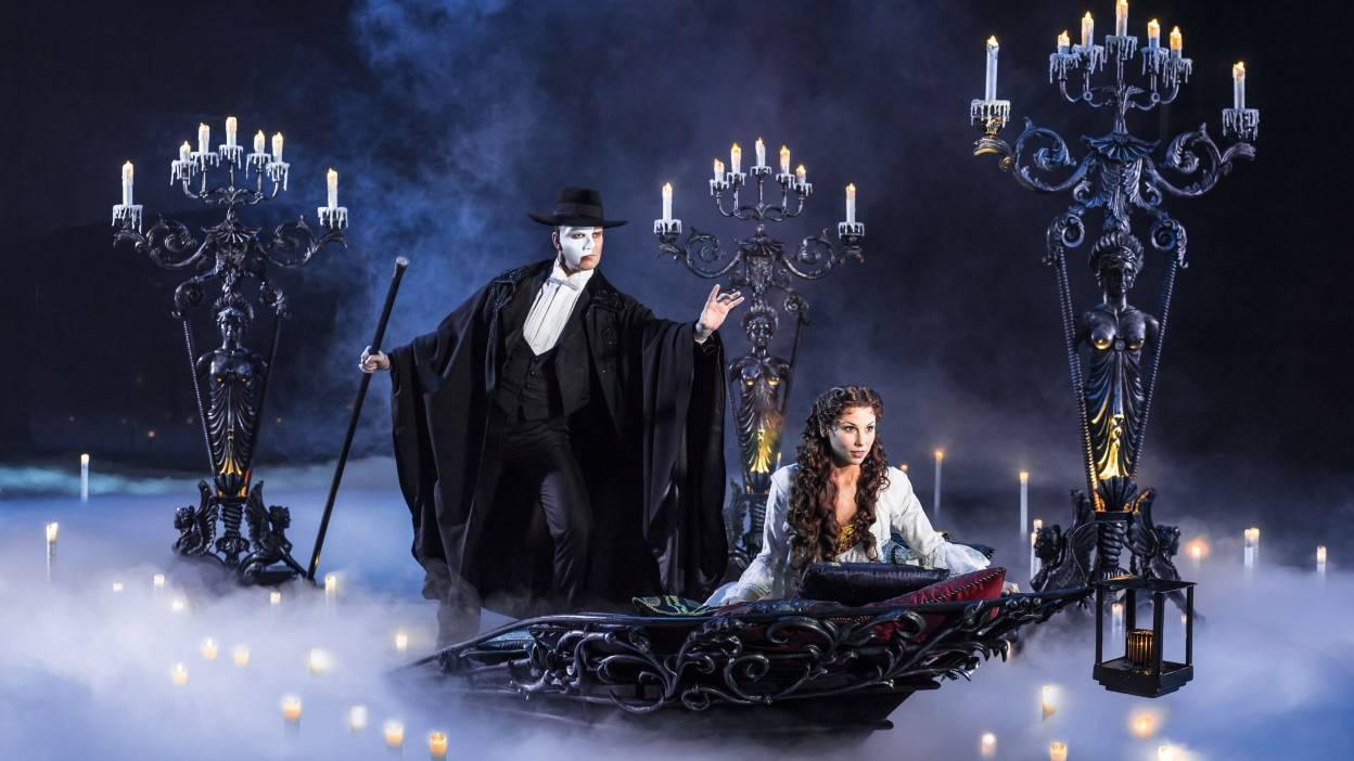 В романе и мюзикле Призрак жил на острове посреди подземного озера, по которому на лодке он увозил свою возлюбленную. Источник http://travelask.ru/