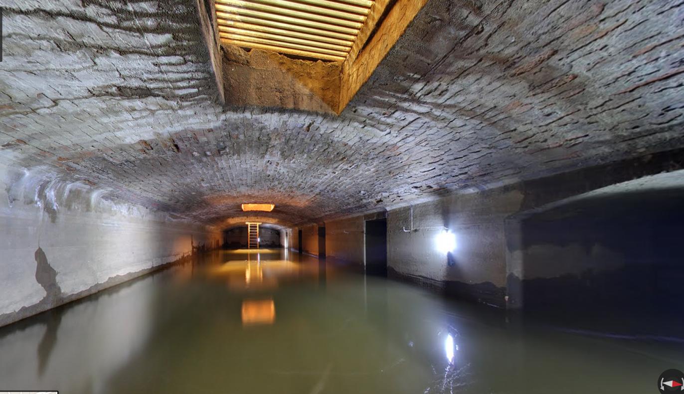 Подземное озеро на самом деле представляет собой резервуар для накопления подземных вод для целей пожарной безопасности. Источник http://travelask.ru/