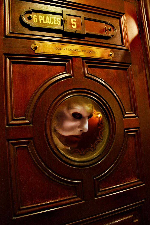 Через окно в двери ложи №5 выглядывает человек в узнаваемой маске. Источник http://travelask.ru/