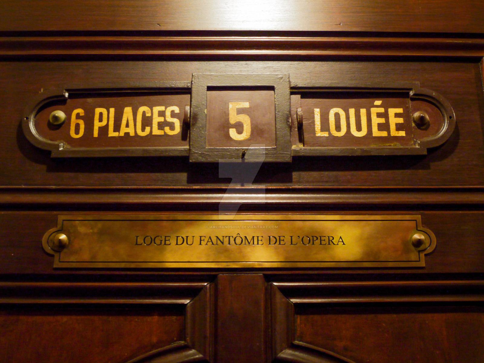 Табличка на двери ложи №5 извещает, что это ложа Призрака Оперы. Источник http://travelask.ru/