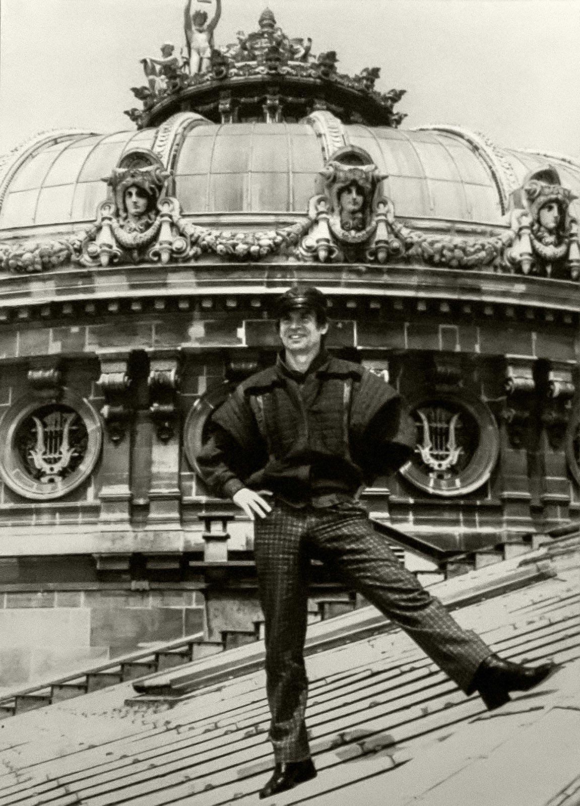 Рудольф Нуриев на крыше Гранд Опера. Фото С. Массон. Государственный музей театрального искусства, Санкт-Петербург. Источник http://art16.ru/