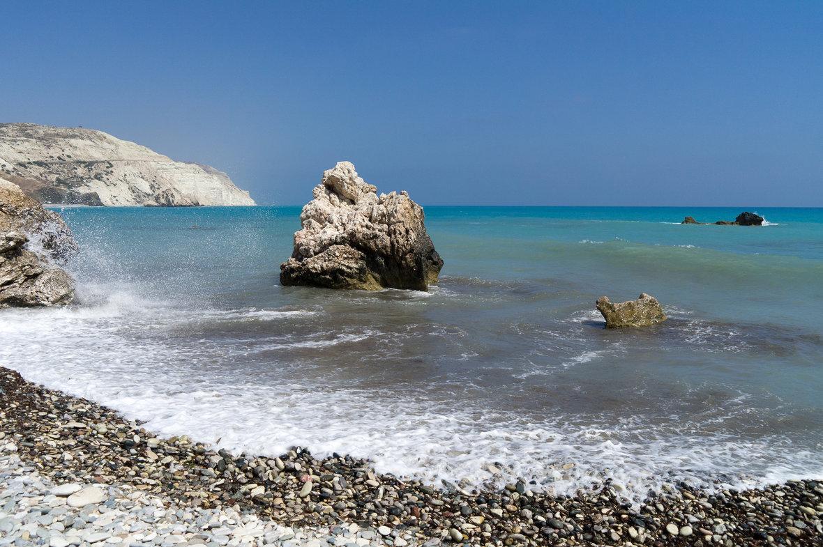Вот из этой морской пены и вышла на берег Кипра Афродита. Источник http://www.golftur.ru/