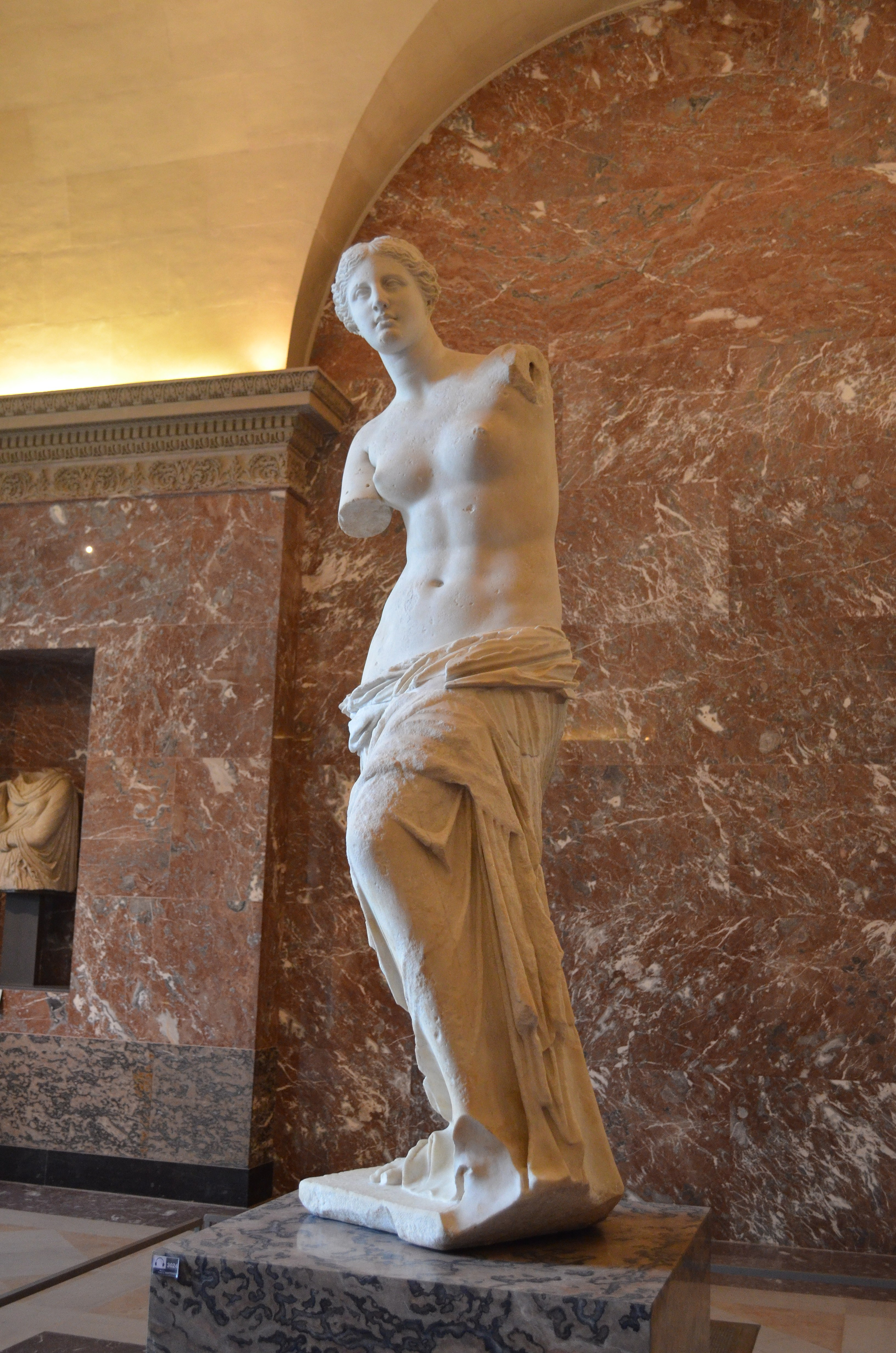 Венера Милосская. Около 130–100 гг. до н.э. Мрамор. Высота 2,02 м. Лувр, Париж, Франция. Источник https://upload.wikimedia.org/