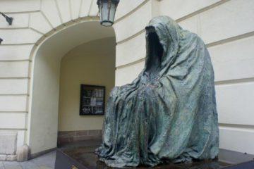 Анна Хроми. Командор. Плащ совести. Прага, Чехия. Источник http://www.praga-praha.ru/
