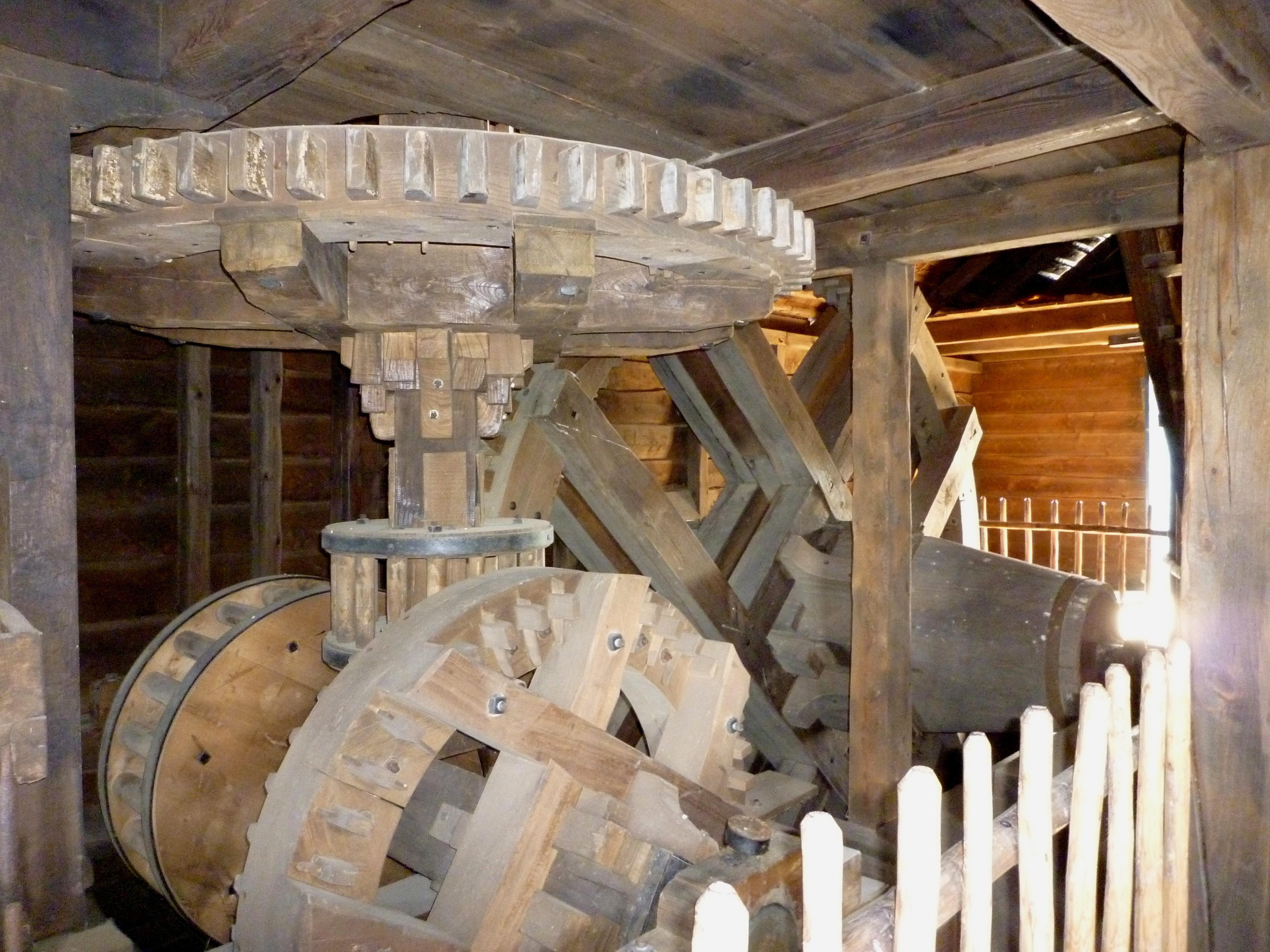 Человек издавна научился преобразовывать энергию ветра и воды в полезную силу. На фото: огромные шестерни, служащие для передачи вращения колеса на жернова. Источник https://upload.wikimedia.org/