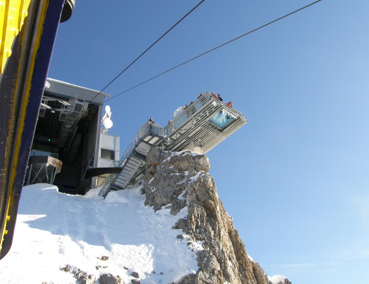 Смотровая площадка. Вид снизу из кабины канатной дороги. Источник https://upload.wikimedia.org/