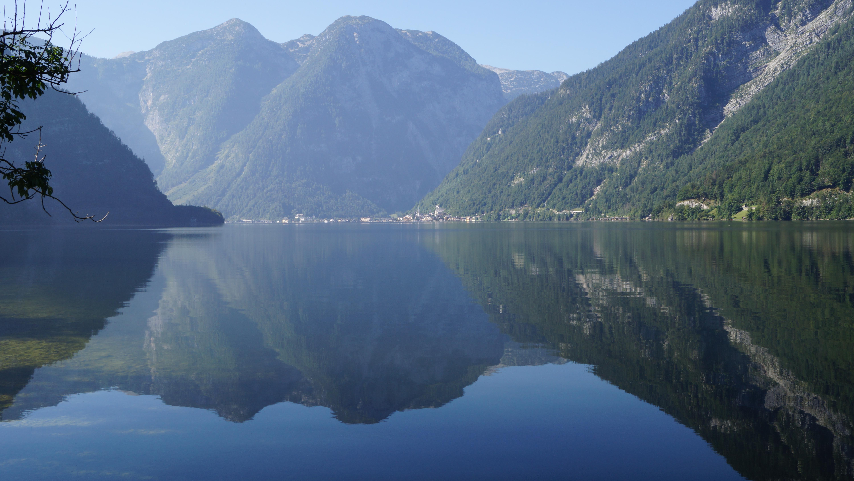Озеро Гальштаттерзее. На дальнем берегу виден Гальштат. Источник https://upload.wikimedia.org/
