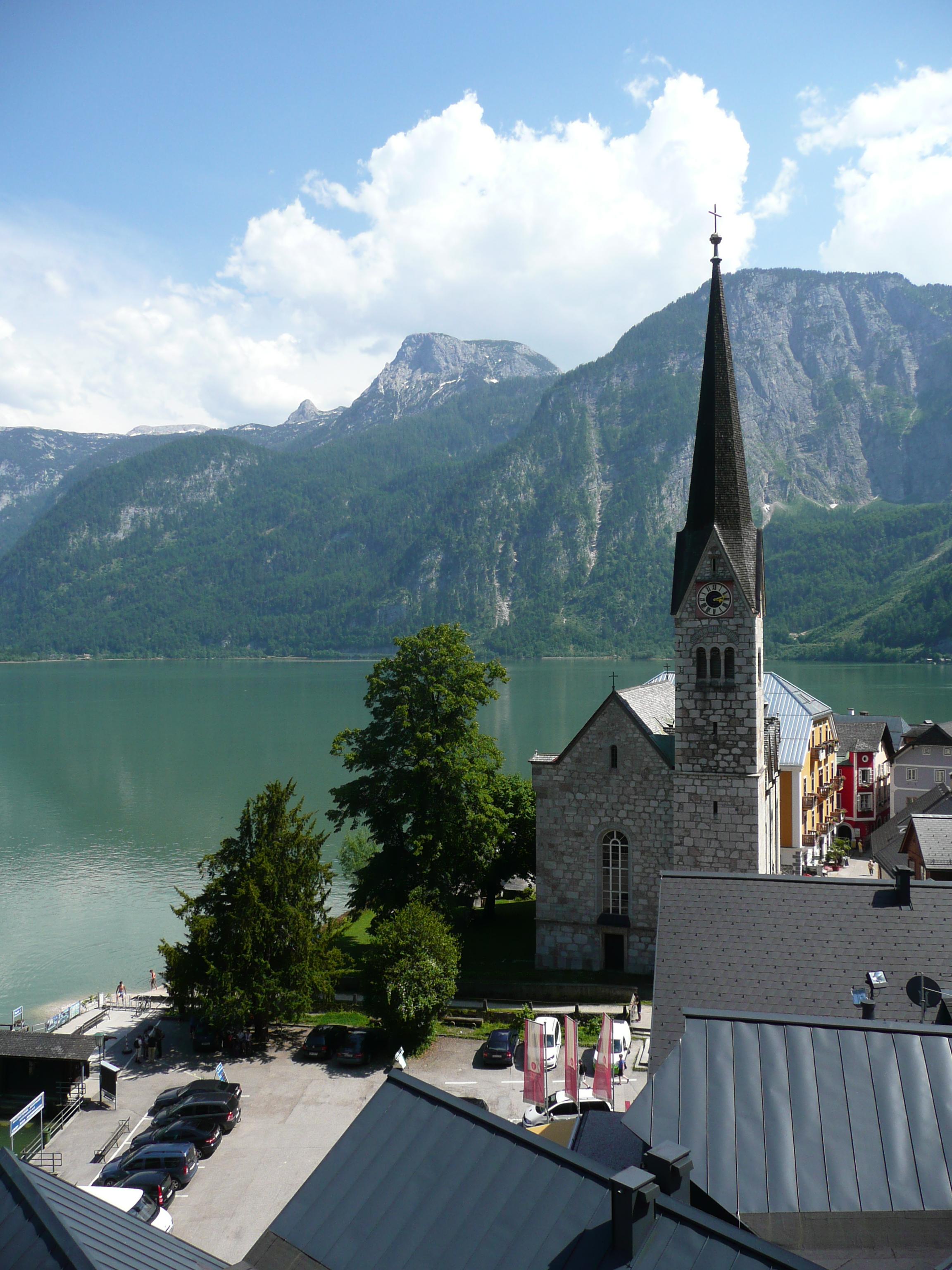 Церковь и небольшая туристическая площадь в Гальштате. Источник https://upload.wikimedia.org/