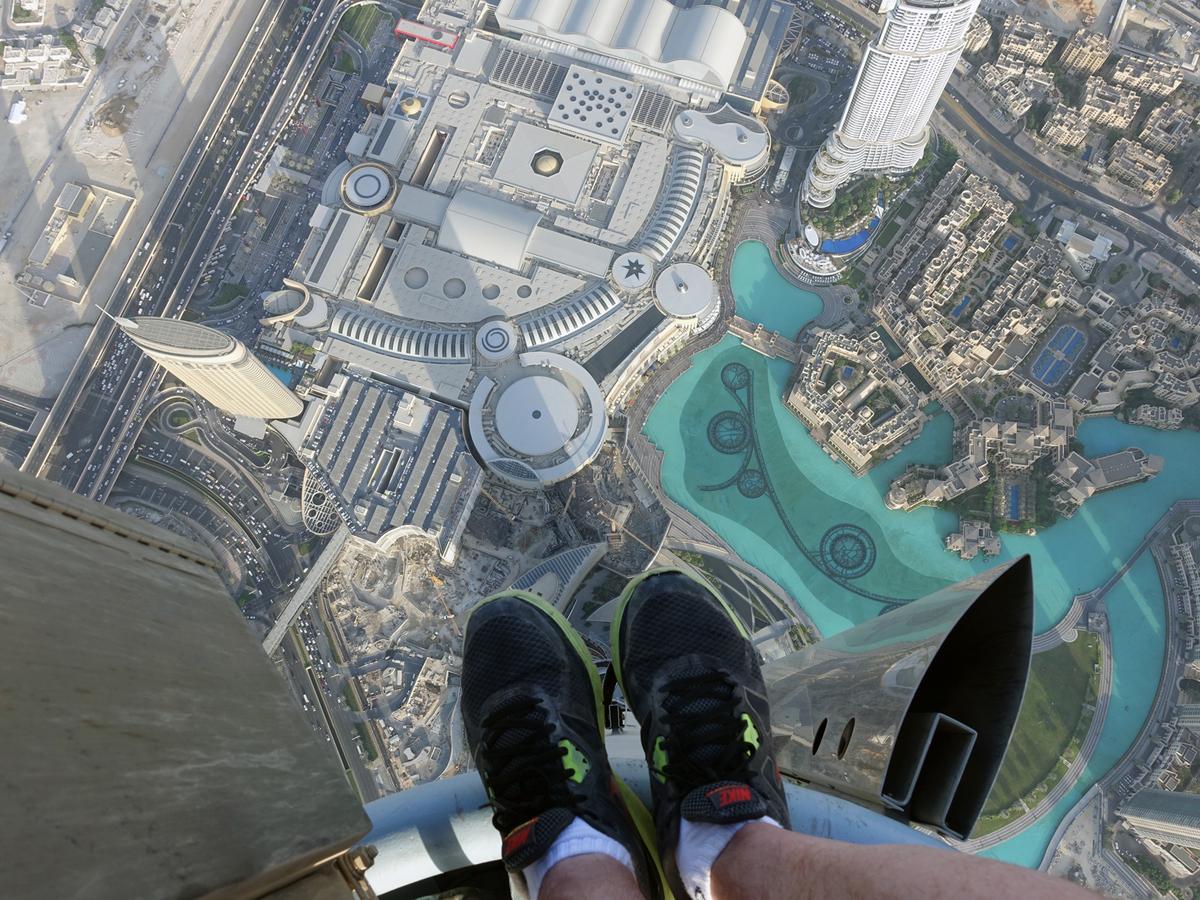 Если взглянуть себе под ноги, стоя на шпиле Бурдж-Халифа… Источник http://sarcasmlol.com/