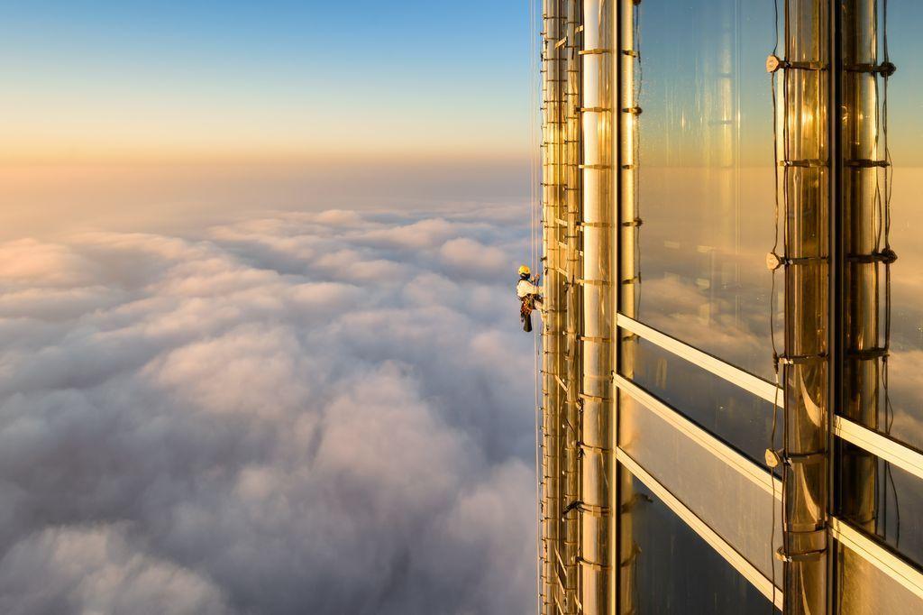Мойщик окон Бурдж-Халифа на высоте 124 этажа. Источник https://cs9.pikabu.ru/