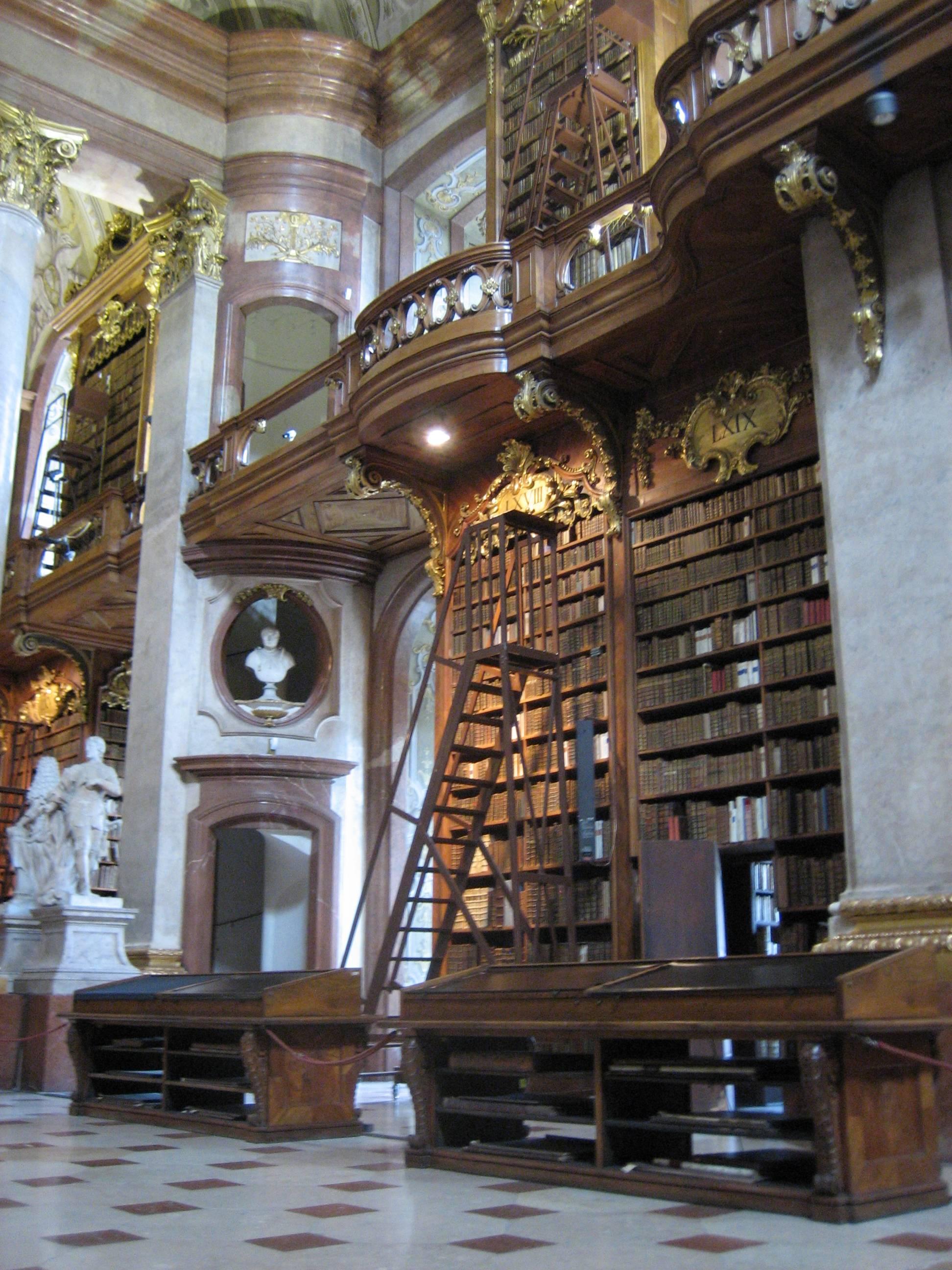 Двухярусные стеллажи со старыми книгами. Источник https://upload.wikimedia.org/