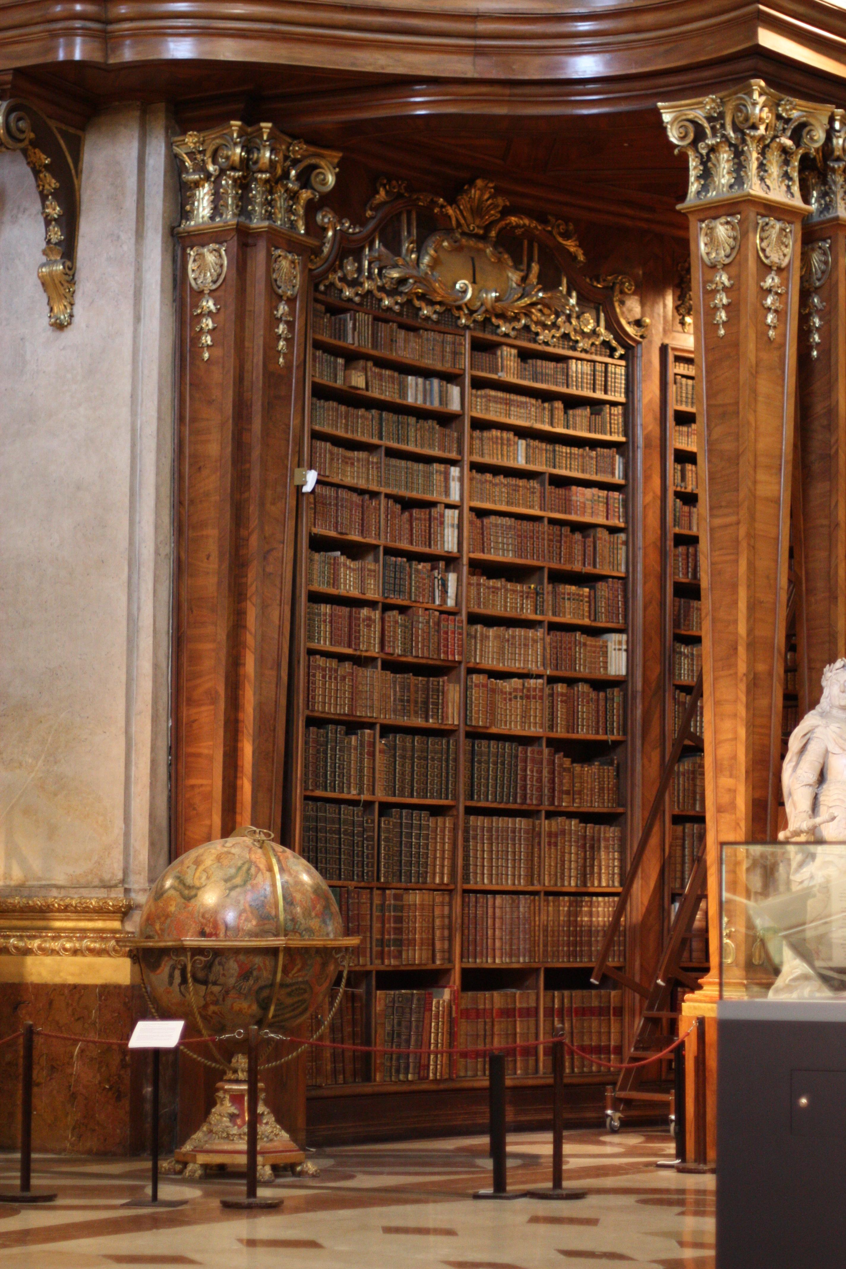 В Храме Книги есть свои капеллы – небольшие ниши по бокам от главного помещения. Источник https://upload.wikimedia.org/