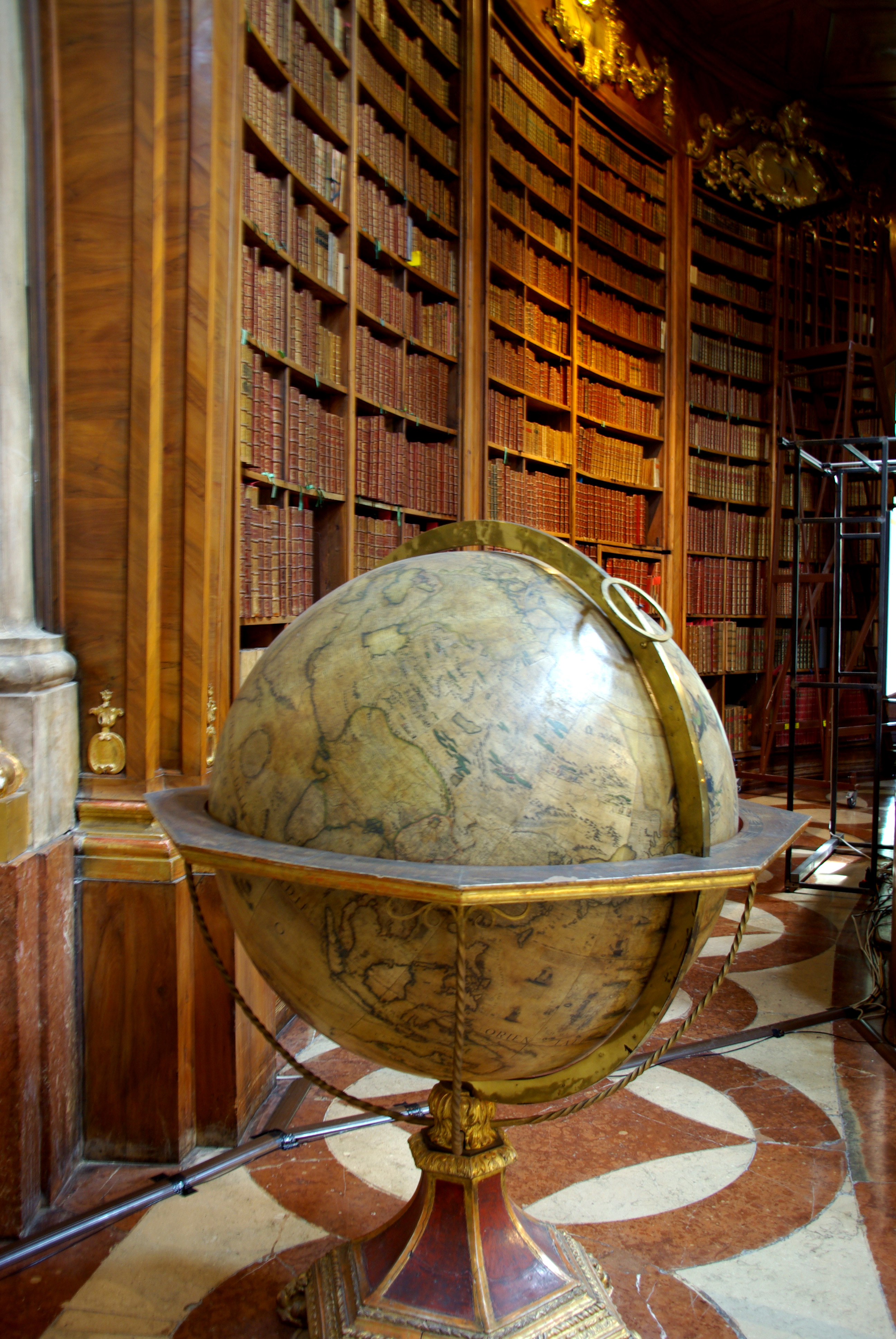 Мраморный пол, старинный глобус – и книги, книги, книги на стеллажах из дорогих пород дерева с позолотой. Источник https://upload.wikimedia.org/