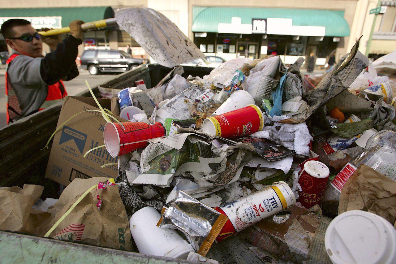 Фастфуды служат одним из источников нарастания мусора за счет индивидуальной упаковки каждого блюда. Источник  https://fthmb.tqn.com/