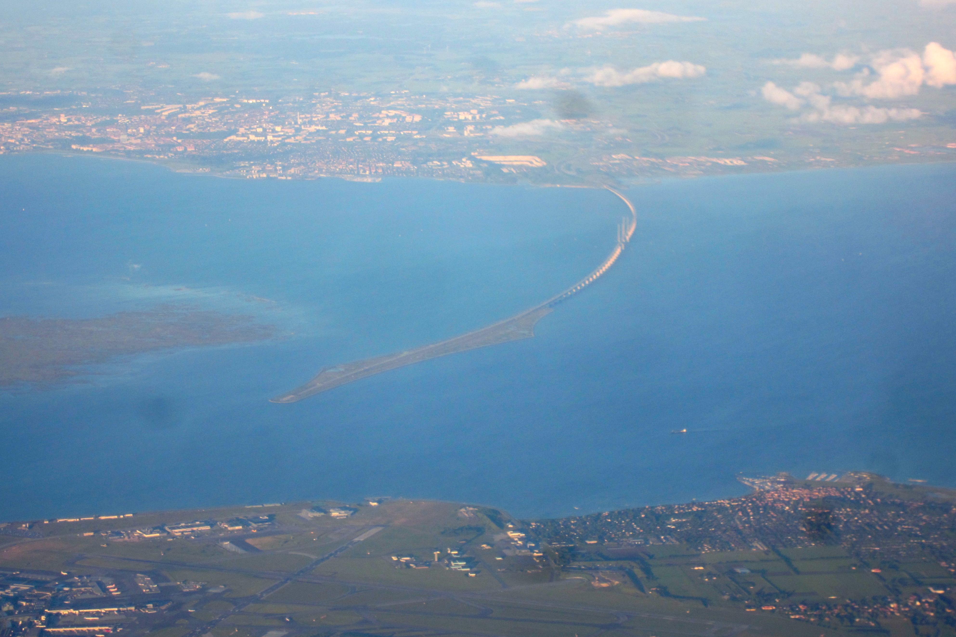 Вид на Эресуннский мост с пассажирского самолета, летящего в Копенгаген. Источник https://upload.wikimedia.org/