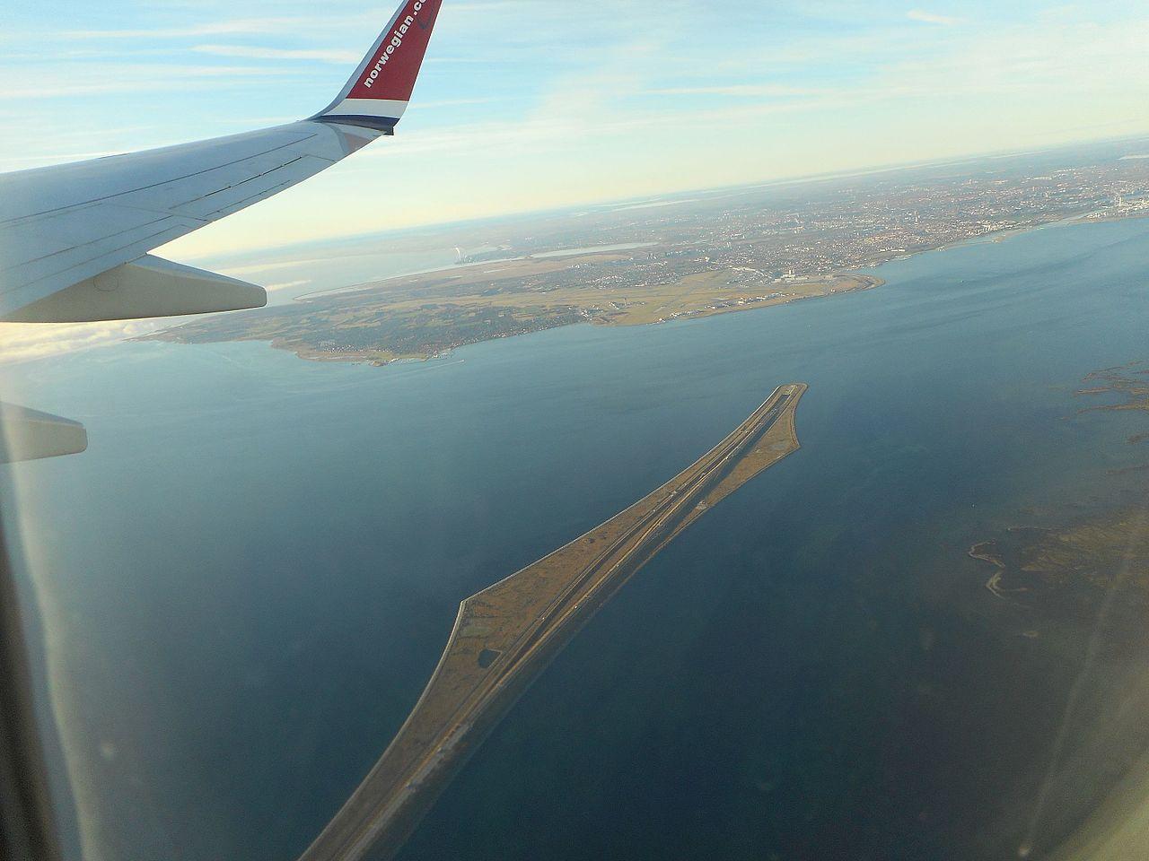 Вид на Эресуннский мост и остров Пеберхольм с пассажирского самолета. Источник https://upload.wikimedia.org/