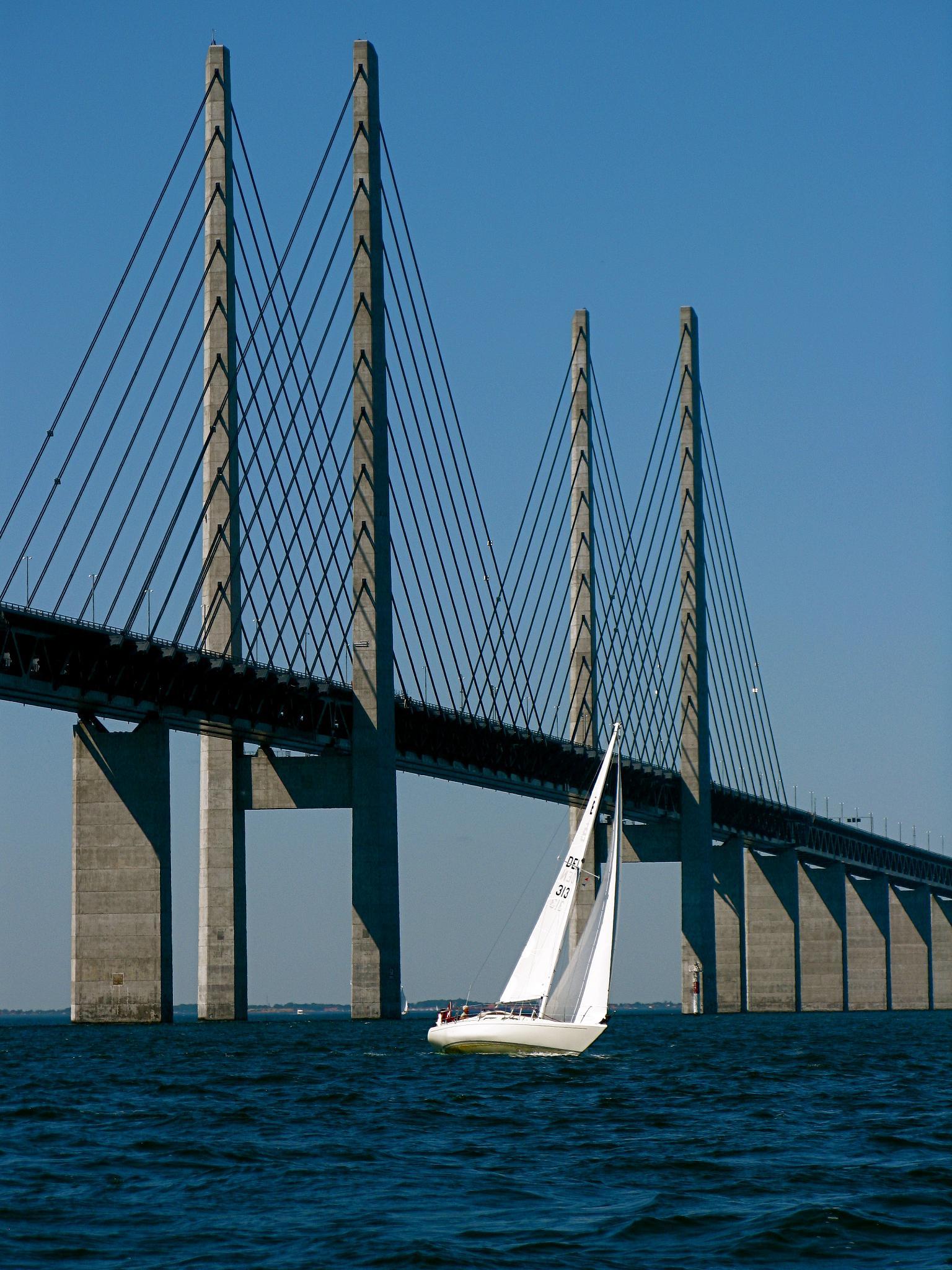 Высота главного пролета Эресуннского моста составляет 57 метров, а пилоны возносятся на 204 метра. Источник https://upload.wikimedia.org/