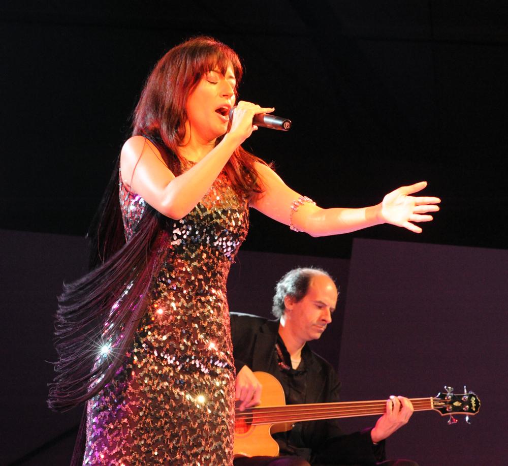 Фадишта Ана Моура выступает в Варшаве, 2013. Источник https://upload.wikimedia.org/