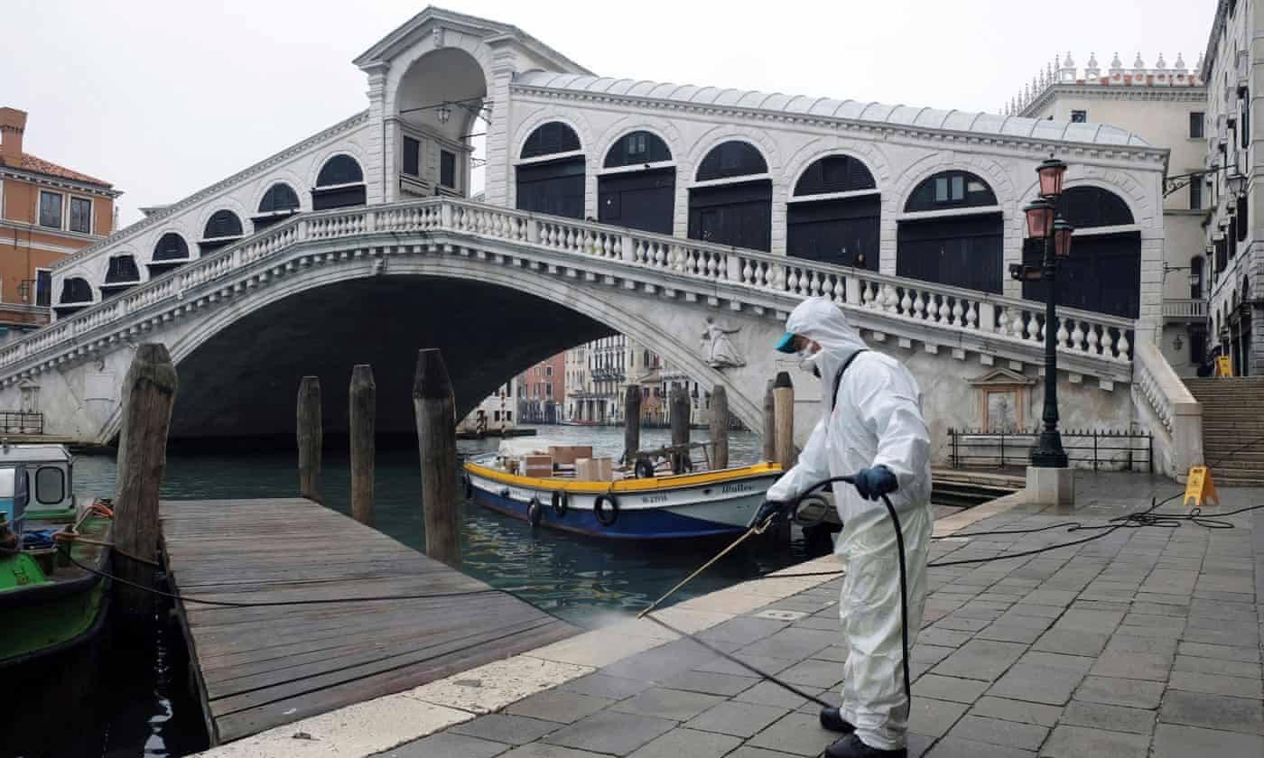 Венеция. Возле моста Риальто теперь делают не селфи, а дезинфекцию. Источник иллюстрации: Дэйли Миррор