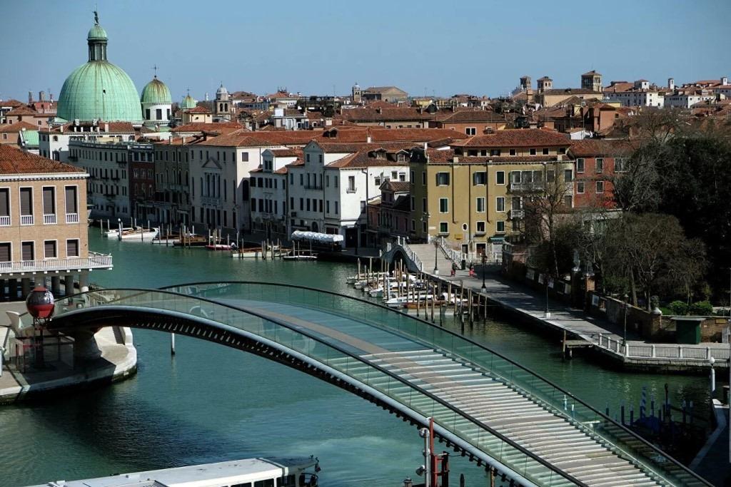 Современный стеклянный Мост Конституции часто попадал на фото туристов, приезжавших в Венецию на несколько часов, поскольку он расположен возле железнодорожного и автовокзалов. Но сегодня и он пустует. Источник иллюстрации: Стампа