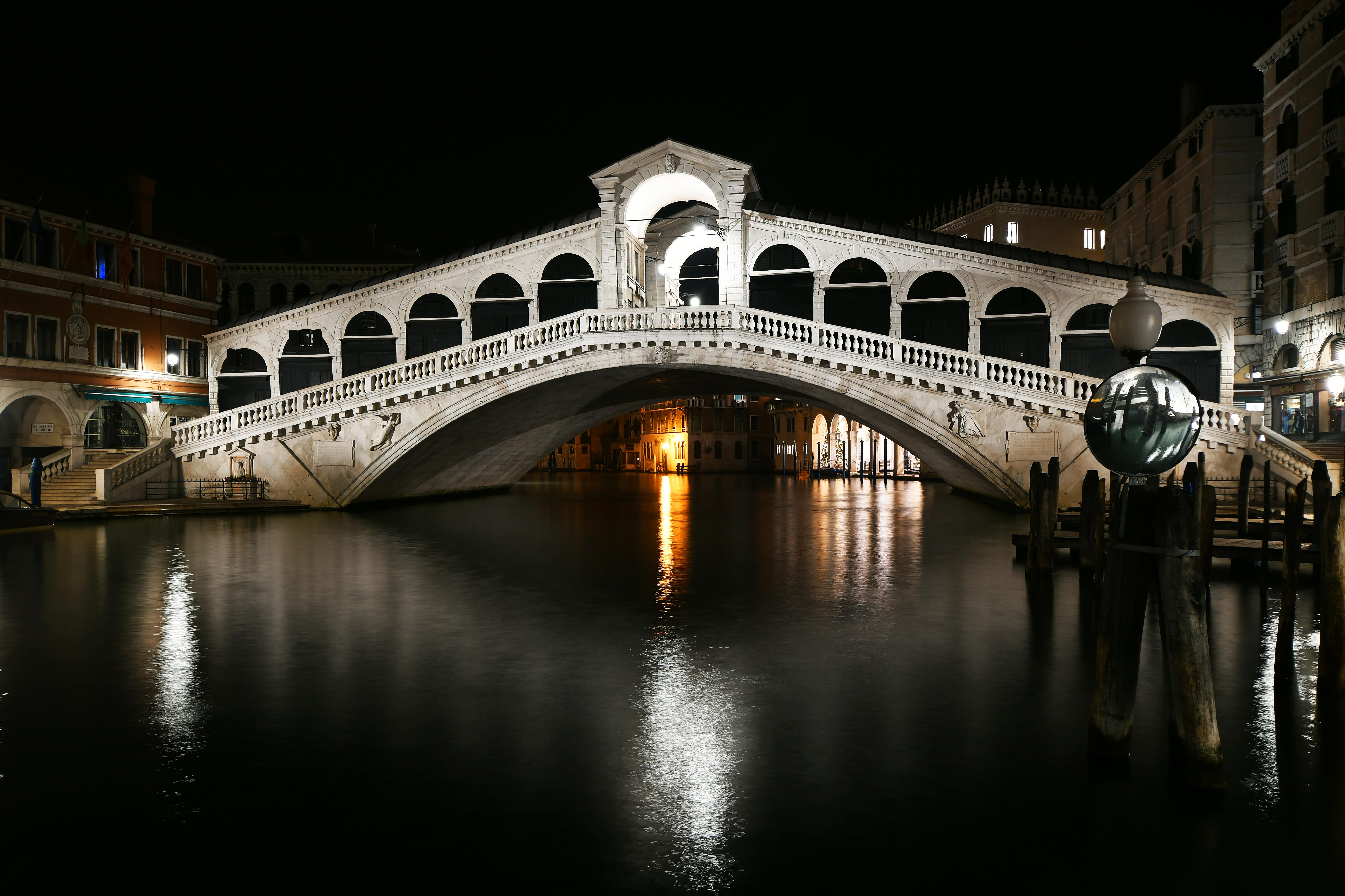 Венеция. Мост Риальто. Ночь. Источник иллюстрации: Викимедиа