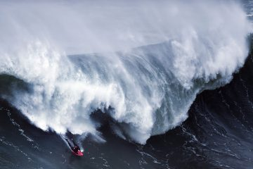 Волна, попавшая в объектив 19 ноября 2016 года на пляже Прайя-ду-Норти в Назаре на Азорских островах. Автор фото: Патриция де Мело Морейра/AFP Photo.