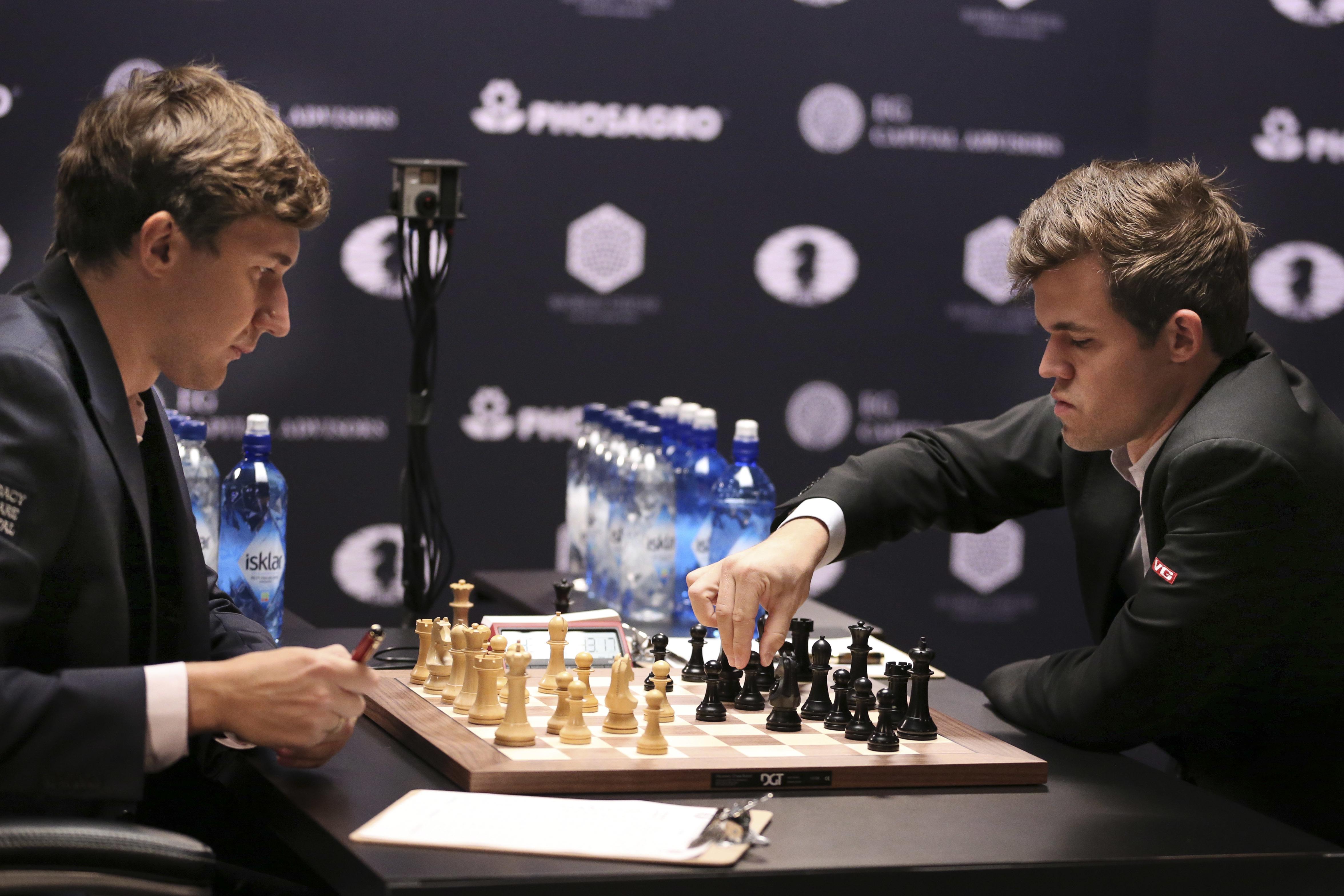 Сергей Карякин (слева) и Магнус Карлсен (справа) играют в Нью-Йорке за мировую шахматную корону.