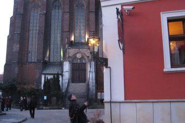 Фонарщик зажигает газовый фонарь. Вроцлав. Польша.