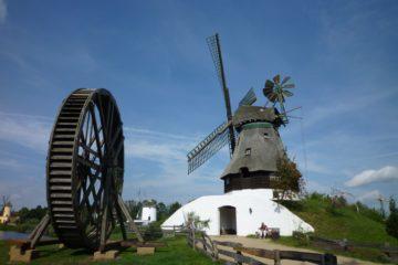 Ветряные мельницы соседствуют в музее с водными. Источник https://upload.wikimedia.org/
