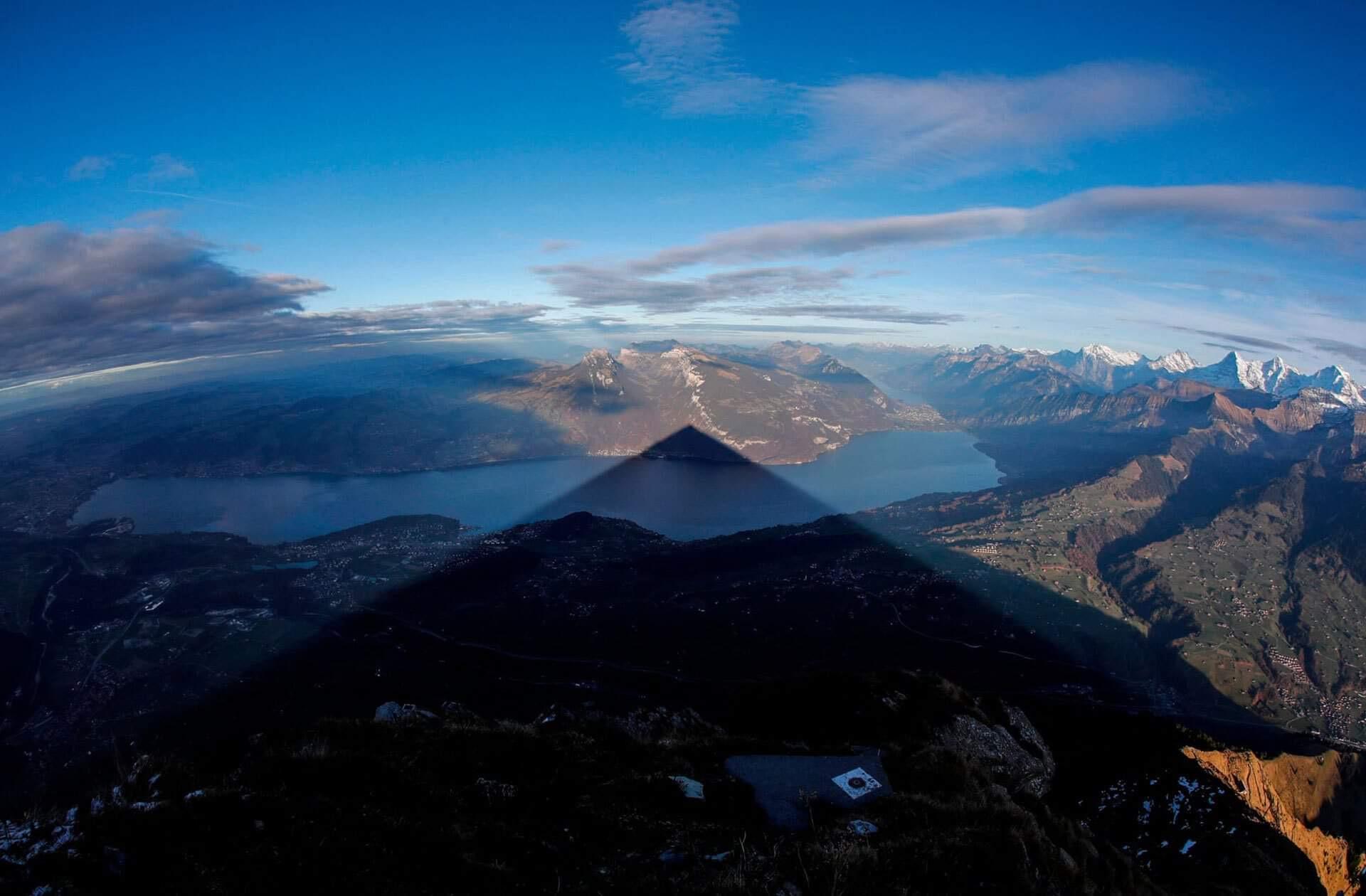 Тень горы Низен накрывает город Шпиц. Источник иллюстрации: Твиттер Клаудио Пекки